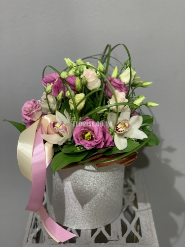 Шляпная коробка с орхидеями и эустомой