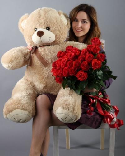 25 красных роз и большой кремовый  мишка
