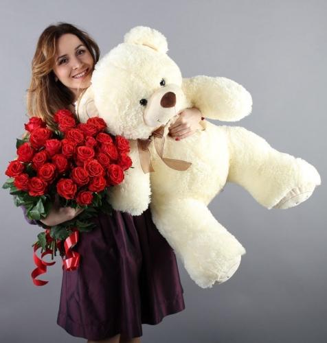 25 красных роз и большой белый мишка