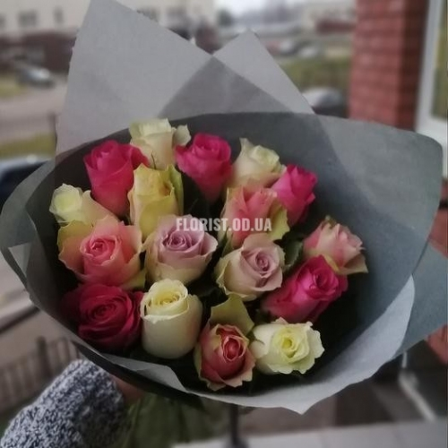 17 разноцветных роз