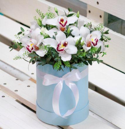 Шляпная коробка с белыми орхидеями