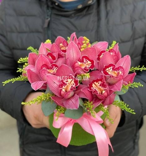 Шляпная коробка с розовыми орхидеями
