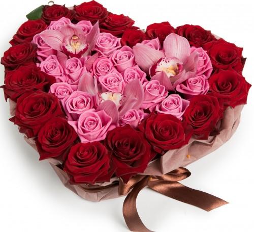 Сердце из роз и орхидей
