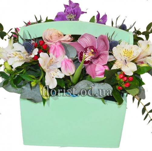 Деревянное кашпо с цветами