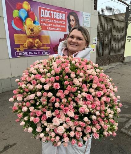 Букет розовых кустовых роз (101 ветка)