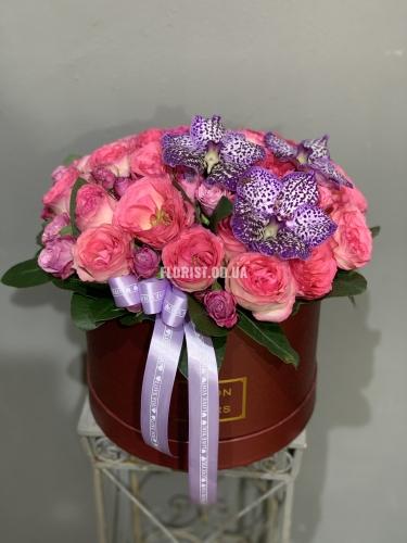 Коробка с розами и орхидеей