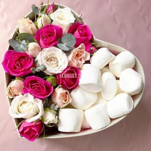 Коробка сердце с цветами и сладостями
