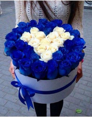 Шляпная коробка с розами синими и белыми