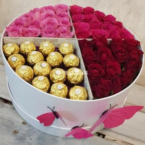 Розы со сладостями в круглой коробке